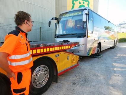 För långt. Bärgningsbil och boggibuss blir ett otillåtet långt ekipage som kräver dispens från polisen och polisnärvaro vid bärgning. Bilden från en visning för politiker i Almedalen i somras. Foto: Ulo Maasing.
