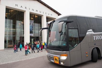 En skolbuss från Trossö Buss framför Marinmuseum i Karlskrona. Foto: Marinmuseum.