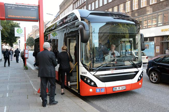 Hamburg har beslutat att från år 2020 enbart köpa emissionsfria bussar. Nu testar man olika tekniker på en särskild innovationslinje, bland annat denna Volvo elhybridbuss. Foto: Ulo Maasing.