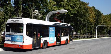 En elhybridbuss vid en av linje 109:s ändhållplatser. För att undvika att två bussar riskerar att köa för laddning har man här två laddstationer. Foto: Ulo Maasing.