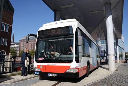 Innovationslinjen trafikeras också av ett par Mercedes-Benz Citaro vätgasbussar. Här är en av dessa vid tankstationen i centrala Hamburg. Foto: Ulo Maasing.