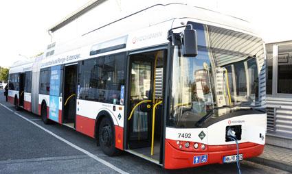 Två Solaris batteridrivna ledbussar med bränslecellsdrivna räckviddsförängare testas också på innovationslinje 109. är är en av dessa i depån.
