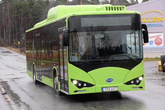 Tätortstrafiken i Ängelholm kommer från slutet av januari att domineras av elbussar från BYD. Den här bussen sätts dock i trafik i Eskilstuna redan i slutet av denna vecka. Foto: Ulo Maasing.