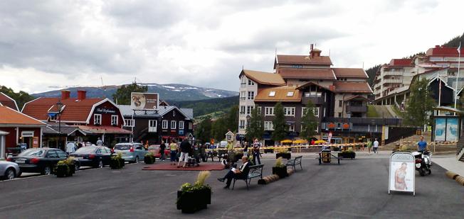Att införa nolltaxa i kollektivtrafiken för alla i Åre kommun skulle kosta kommunen 120 miljoner om året. Bilden: Åre Torg. Foto: Wikimedia Commons/Andreas Eriksson.