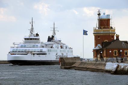 Kapaciteten på färjelinjen Helsingborg – Helsingör riskerar att halveras om personalen ska utföra ID-konbtroller, varnar företrädare för transportnäringen. Foto: Ulo Maasing.