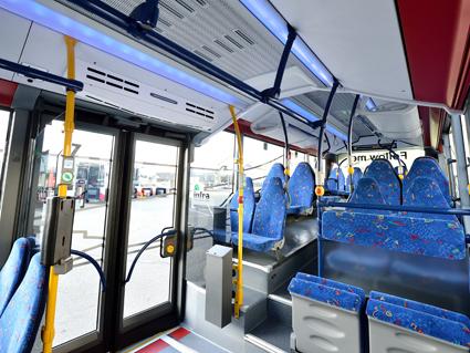 Kraftiga fläktar ovanför dörrarna blåser ner luft. Vintertid behålls värmen i bussen, sommartid den luftkonditionerade svalkan. Foto: Daimler Buses.
