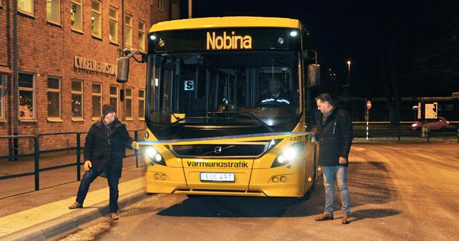 Traditionell invigning med blågult band förrättades på söndagen av Stefan Arnell, trafikchef Nobina, och Lars Bull, vd Värmlandstrafik. Foto: Värmlandstrafik.