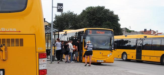 Sommaren 2009 tog Gotlandsbuss över busstrafiken på Gotland. Nu måste man förnya vagnparken, annars bryter man mot skall-kraven i upphandlingen. Men förnyelsen bromsas av regionen som vill ha biogasbussar i landsbygdstrafiken. Annars blir man inte av med den biogas regionen har låst upp sig vid att köpa. Foto: Ulo Maasing.