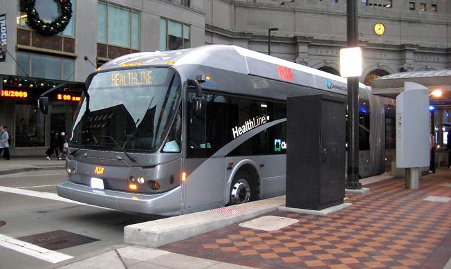 BRT-linjen Healthline i Cleveland, Ohio, är ett exempel på hur fastighetsvärden och arbetsmarknad har utvecklats som en följd av BRT-satsningen. Foto: Wikimedia Commons.