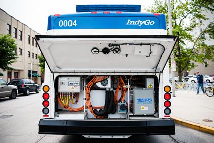 Ut med dieselmotorn, in med eldrift.I Indianapolis, USA, har man konverterat 21 konventionella stadsbussar till eldfrift. Bakom luckan till motorrummet finns nu något helt nytt. Foto: IndyGo.