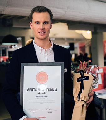 Tyska turistbyråns press- och webansvarige Gustav Svärd med utmärkelsen från Mynewsdesk. Foto: Mynewsdesk.