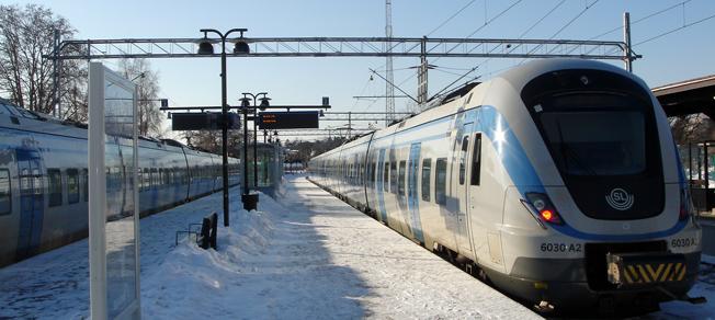 Pendeltåg på Nynäshamns station. Men många resenärer väljer att ta bussen till Stockholm i stället för pendeln. Det gillar varken SL eller Nobina. Foto: Zaxo/Wikimedia Commons.