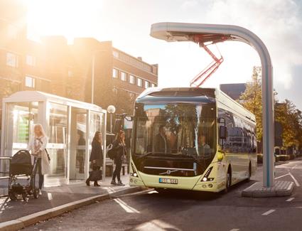 En elbuss vid en snabbladdningsstation. Enligt Volvo och Siemens kan Oslo spara en miljard på tio år genom att gå över till elbussar. Foto: Volvo Bussar.