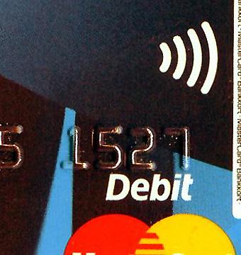 Symbolen på kontokortet visar att det kan användas för kontaktlös betalning. Systemet öppnar för en smidig betalning även för besökare i ett område. I London har hittills resenärer från över 80 länder blixtsnabbt betalat sin enkelbiljett med kontaktlöst kontokort. Foto: Ulo Maasing.