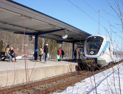 Framtiden för busspendlare på Södertörn. Bussoperatören Nobina vill att tusentals pendlare ska byta till pendeltåg här vid Farsta Strand istället för att åka buss till Gullmarsplan. Foto: Holger Ellgaard/Wikimedia Commons.