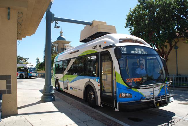En av Foothil Transits Agencys elbussar från Proterra på en snabbladdningsstation. Foto: Leslie Eudy, NREL.