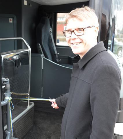 Trosabussen är numera en helt kommersiell linje, men som ett uttryck för ett gott samarbete mellan bussföretaget och kollektivtrafikmyndigheten klippte Oskar Jonsson, strategisk chef för Sörmlands kollektivtrafikmyndighet, det blågula bandet. Foto: Ulo Maasing.