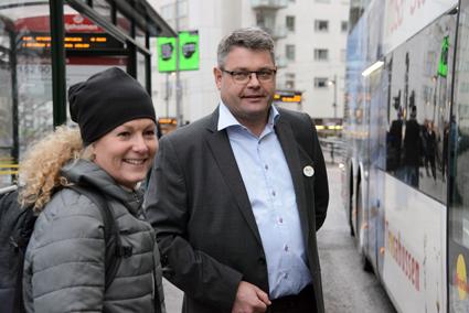 Premiärresenär från Liljeholmen var Renee Liljegren som välkomnades ombord av Pär Åkerberg. Foto: Ulo Maasing.