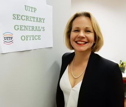 Anna Grönlund kunde redan på torsdagen ta en tit på sitt nya, tillfälliga, arbetsrum under UITP-konferensen i Bryssel. Foto: Jean-Claude Renoir.