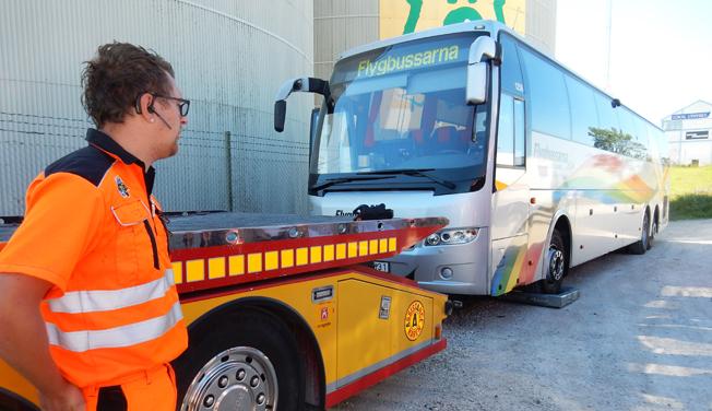 I Almedalen i somras visade Sveriges Bussföretag hur problematiskt det kan vara att bärga bussar. Nu ändrar regeringen reglerna. Foto: Ulo Maasing.