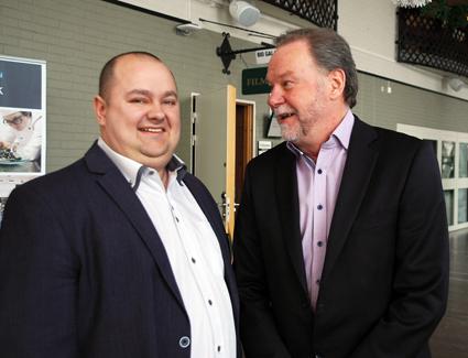 Försäljningschefen för Rosero, Dalibor Dravecký pratar med Alan Björk, vd Sambus. Det slovasiska företaget Rosero har drygt 20 års erfarenhet av att tillverka midibussar.