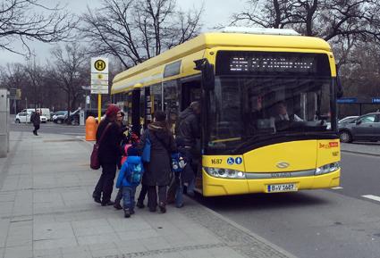 En induktivt laddad elbuss från Solaris i trafik i Berlin. Foto: Ulo Maasing.