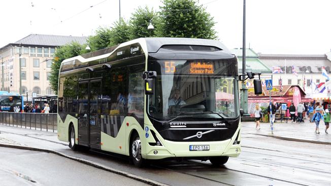 En elbuss på linje 55 i Göteborg. I Sverige rullar nu flera helelektriska bussar och runt om i världen introduceras elbussar som ett led i att ställa om den globala fordonsflottan för en fossilfri framtid. Men den svenska regeringens förslag till elbusspremie riskerar att bli en flopp. Det hävdar Sveriges Bussföretag som nu granskat det nya förslaget. Foto: Ulo Maasing.