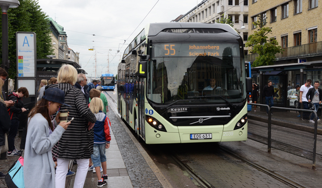 Både kvinnor och män måste resa mer med kollektivtrafiken, anser Gröna Bilister. Foto: Ulo Maasing.