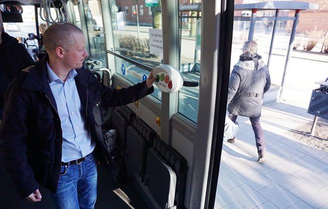 Nöjd eller inte? Med ett knapptryck kan bussresenärer i Kristianstad sätta betyg på sin upplevelse av resan. Foto: Transdev.