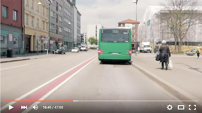 Vy från förarplatsen på linje 8, i Helsingborg knappt 17 minuter efter avfärd från ändhållplatsen Lundsbäck. Bild ur en av Jan Kivisaars videor.