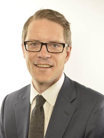Riksdagsledamoten Lars Hjälmered(M) frågar infrastrukturministern om moderna bussystem är något för Sverigeförhandlingen. Foto: Riksdagen.