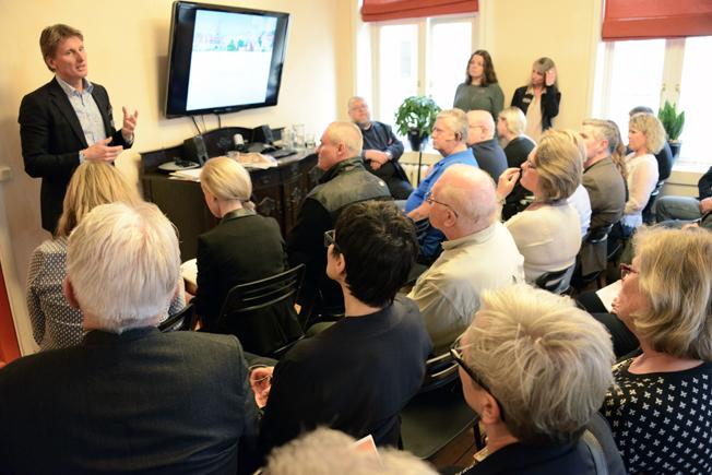 Rese-Konsulternas vd Göran Grell bereättar om trender och utveckling i bussresebranschen på ett fullsatt seminarium. I publiken fanns Peter Harryson som sedan själv tog över huvudrollen.