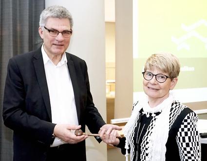 Peter Örn lämnade på tisdagen över ordförandeskapet i Samtrafiken till Monika Stridsman. Foto: Samtrafiken.