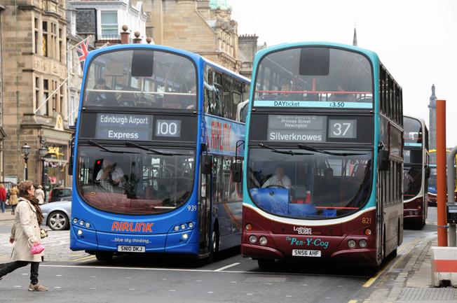 Nästa år inför de kommersiella bussföretag som konkurrerar i Skottland ett gemensamt smart kort som gäller hos samtliga operatörer. Foto: Ulo MAasing.