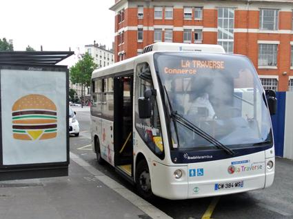 En eldriven stadsdelsbuss i Paris. UITP och ETF vill att EU-kommissionen ska verka för att transportmedel med låg energianvändning och låga utsläpp ska prioriteras i städerna. Foto: Ulo Maasing.