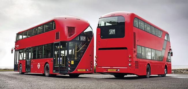 """Aktern avslöjar. Till vänster """"Borismastern"""" eller New Routemaster, helbyggd av Wrightbus. Till höger den nya SRM, byggd av Wrightbus på Volvochassi."""