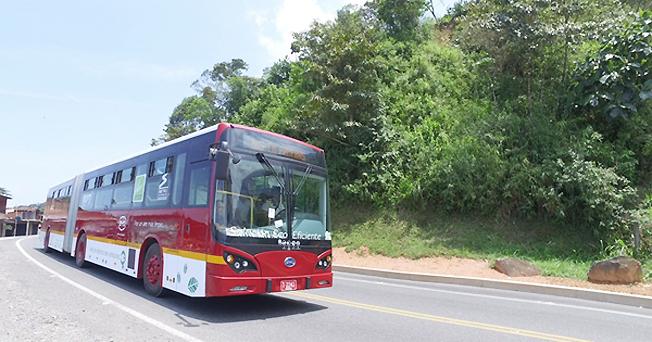 En batteridriven ledbuss från BYD har kört 400 kilometer på en laddning. Foto: BYD.