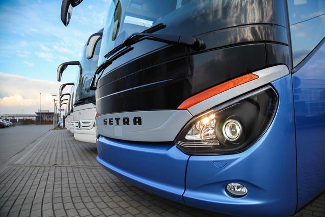 En stark efterfrågan på kompletta bussar lyfter Daimler Buses´ resultat.  Nyligen tog det polska bussföretaget Raf Trans emot en leverans på 60 Mercedes-Benz Tourismo och tre Setra ComfortClass 500 turistbussar. Foto: Daimler Buses.