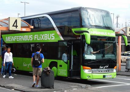 Den tyska expressbussjätten FlixBus startar inrikestrafik i både Sverige och Danmark i veckan. Samtidigt lämnar Bergkvarabuss samarbetet med FlixBus.