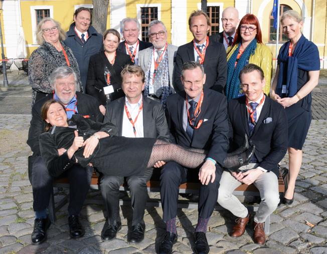 Större delen av den svenska delegationen har tagit Tyska Turistbyråns Iris Müller i famn på GTM.