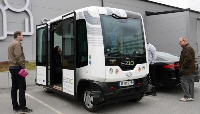De små, självkörande elbussarna tar tolv passagerare, varav sex sittande. Foto: Ulo Maasing.