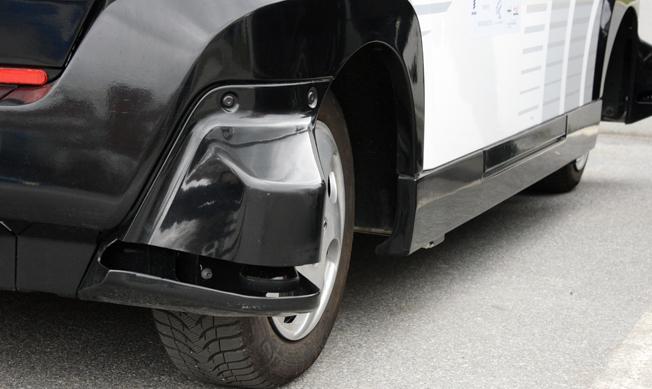 Vid samtliga fyra hjul finns laser som gör att bussen har stenhård koll i 360 grader. Foto: Ulo Maasing.