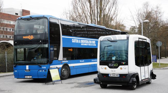Premiärtur för självkörande buss i Kista. Nej, dubbeldäckaren är inte utan förare utan fungerar som reklam för de förarlösa bussarna. Foto: Ulo Maasing.