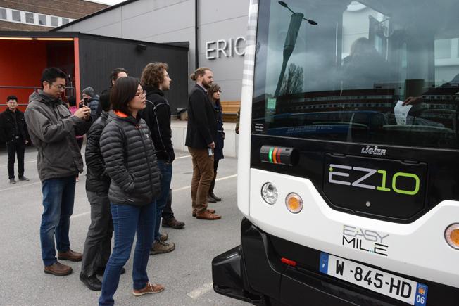 Intresset för de förarlösa bussarna var stort bland förbipasserande. Foto: Ulo Maasing.