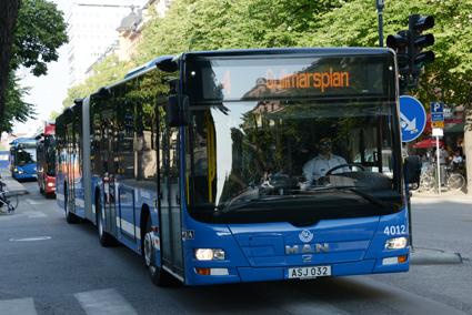 Stoppa planerna på att göra om stombuss 4 i Stockholm till spårväg, kräver (S). Foto: Ulo Maasing.