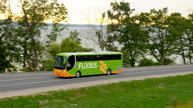 Expressbussjätten FlixBus lanserar nu en helt ny tjänst för beställningstrafik med buss. FlixBus har sin bas i Tyskland och trafik i en lång rad europeiska länder, inklusive Sverige. Foto: FlixBus.