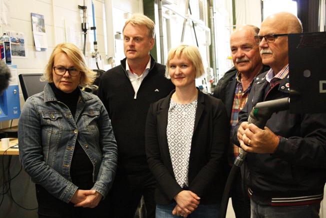 Fossilfria: LarsOlof Olsson, ordförande för kommunalförbundet Kollektivtrafikmyndigheten i Västernorrlands län, gör den första tankningen av HVO i länet. Här är han tillsammans med Camilla Fahlander, myndighetschef för Kollektivtrafikmyndigheten i Västernorrland län, Tomas Byberg, ordförande för Mittbuss och vd för Byberg & Nordin, Camilla Nordlund, trafikchef för Nobina Västernorrland och Folke Nyström, vice ordförande för Kollektivtrafikmyndigheten i Västernorrlans län.