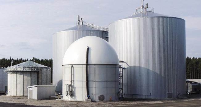 Biogasanläggningen i Karlskoga, finansierad av skattebetalarna i Karlskoga, KUmla och Örebro, producerar biogas som flakas till Stockholm. Foto: Purac.