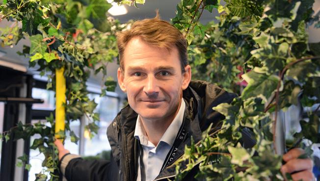 2015 blev det lönsammaste och grönaste året hittills för Keolis Sverige. Hela bussflottan blev fossilfri och vd:n Magnus Åkerhielm firade med att åka buss som var förvandlad till trädgård. Foto: Ulo Maasing.