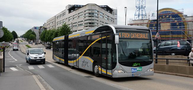 Den franska staden Nantes´ BRT-liknande Busway har blivit en europeisk föregångare. Nu börjar det bli dags tt byta ut de specialdesignade gasbussarna mot extralånga elbussar. Foto: Ulo Maasing.